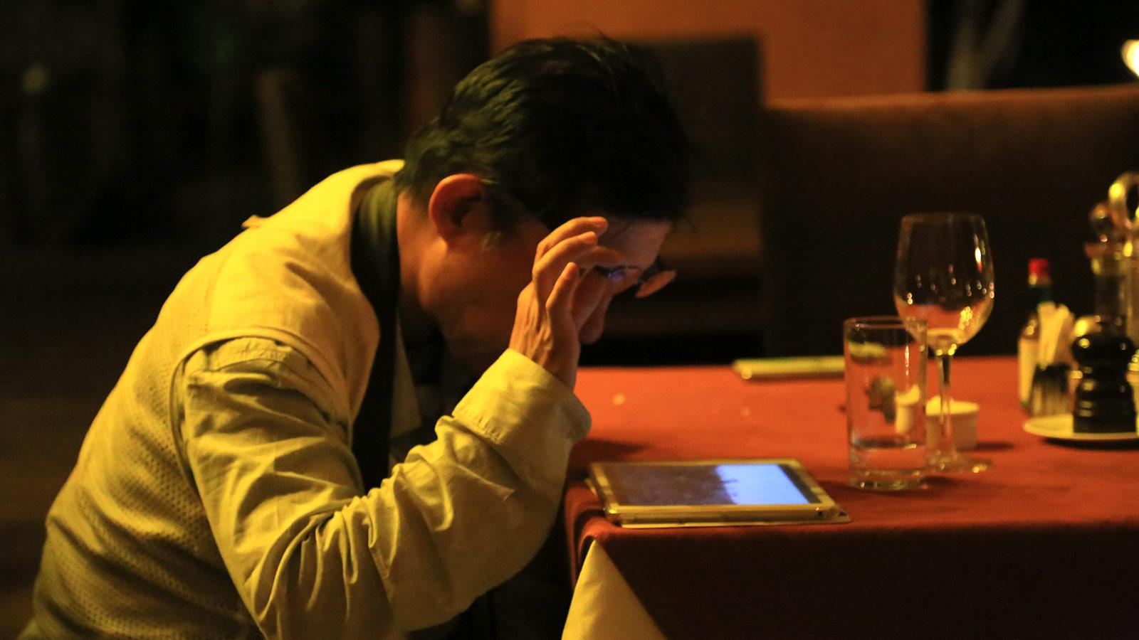 Herr Abe inspiziert seine Fotos