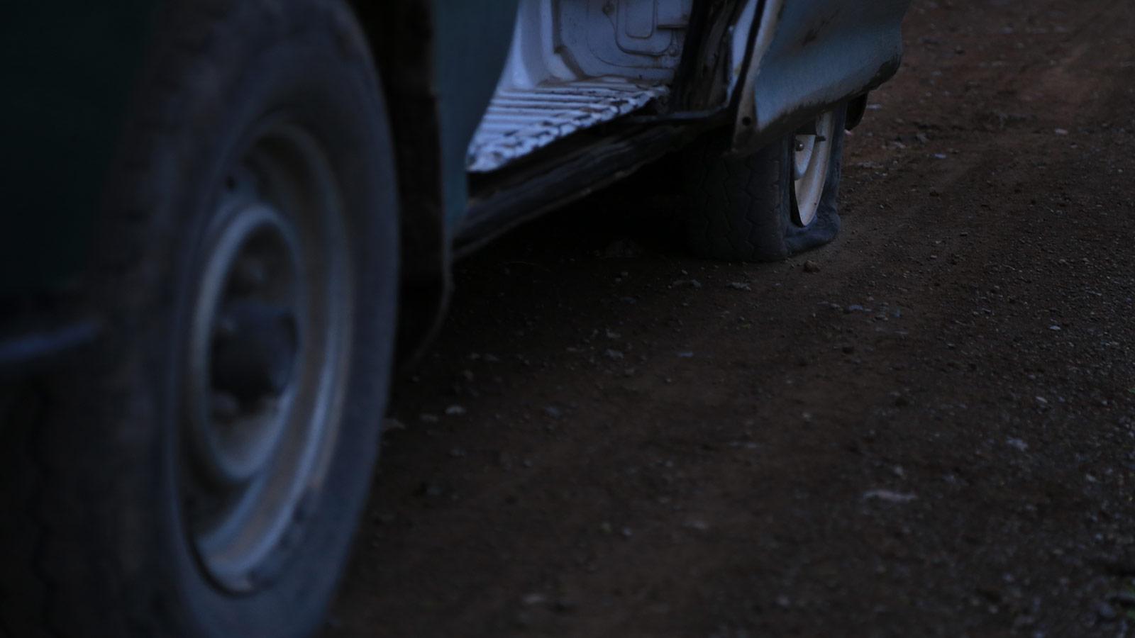 Platter Reifen am Toyota bei Einbruch der Dunkelheit