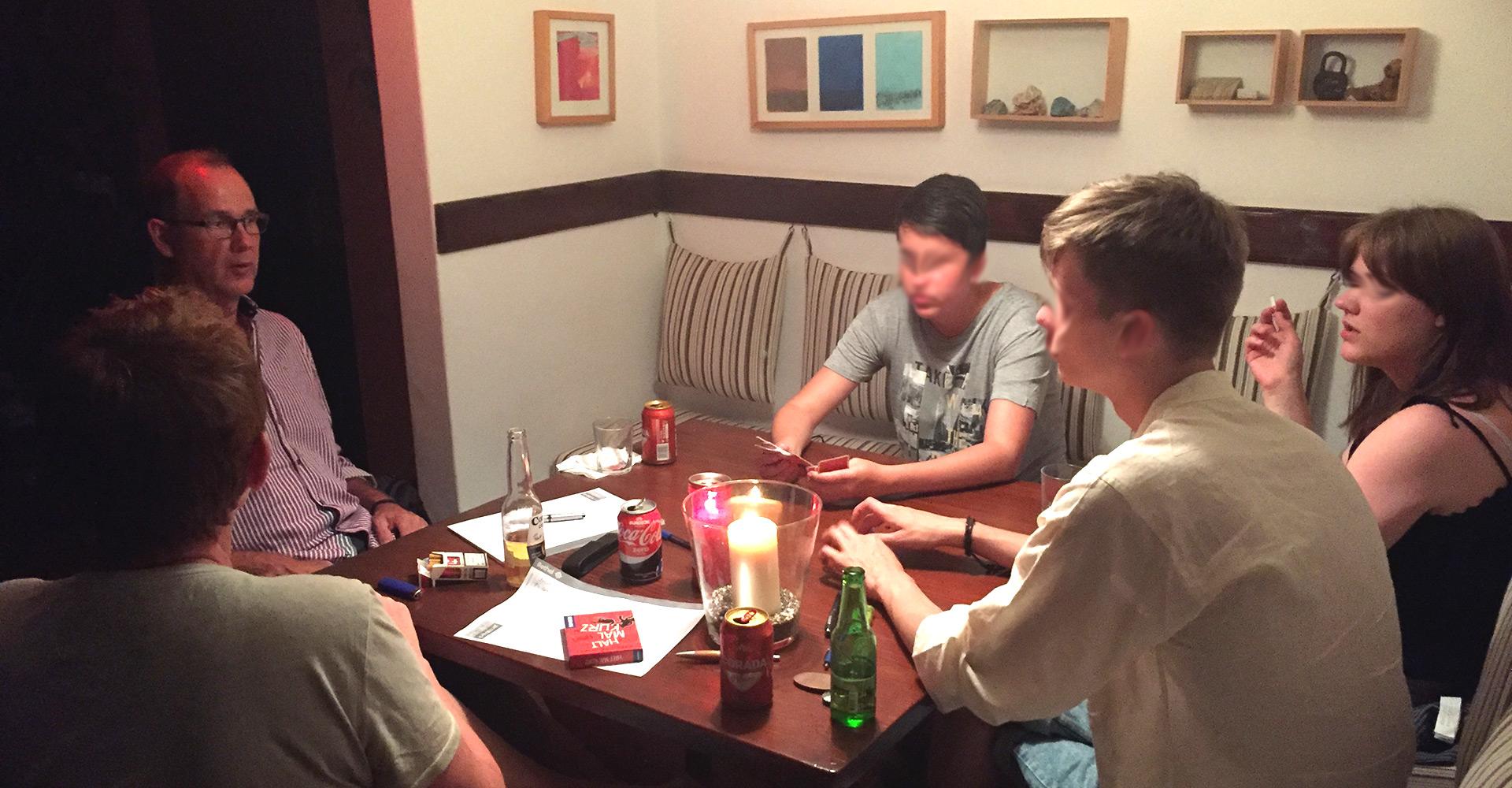 Beim abendlichen Kartenspiel