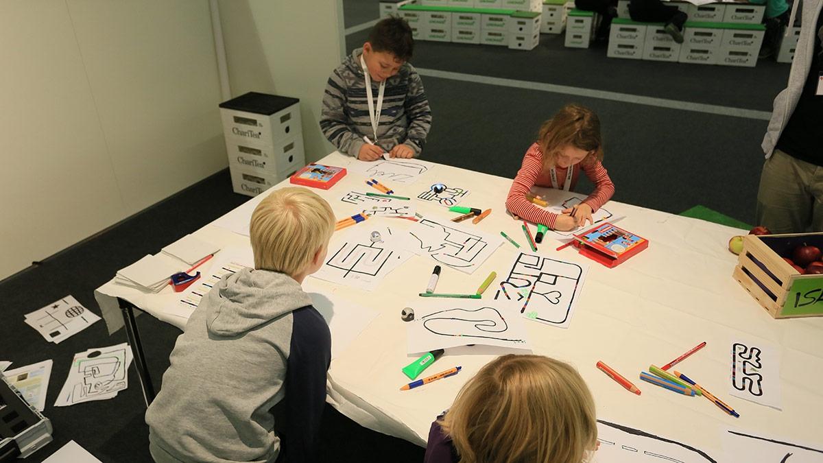 Die Kinder lernen spielerisch Teamfähigkeit und Sozialkompetenz, sowie Mathematik und Medienkompetenz.