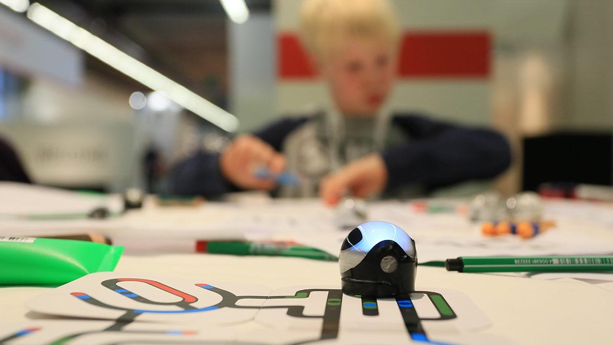 … Roboter – die OzoBots – in die gewünschte Richtung steuern kann.