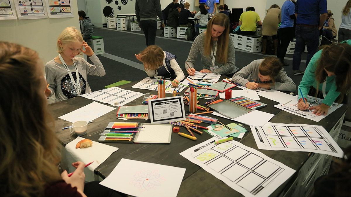 Huch! Einen Tisch weiter entwerfen die Schülerinnen Comics!